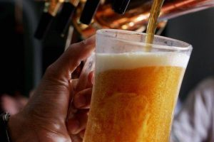 """(Tiếng Việt) Khác biệt giữa """"draught beer"""", """"draft beer"""" và """"craft beer"""" là gì?"""